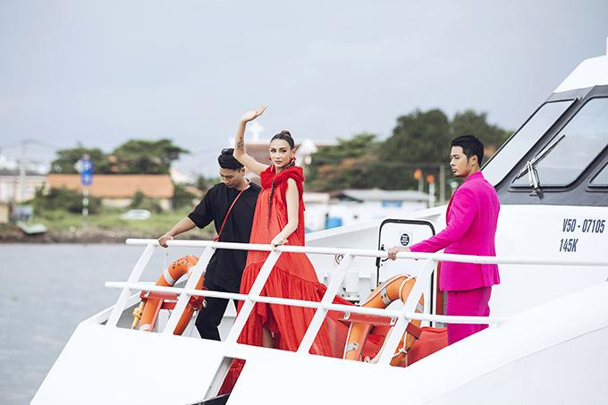 Trong những phút đầu của show diễn, Võ Hoàng Yến khiến khách mời thích thú khi cô xuất hiện trên boong tàu. Thuyền lớn từ sông Sài Gòn đưa các người mẫu cập bến và sai bước trên đường băng.