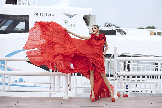 Với bề dày kinh nghiệm trong suốt qúa trình theo đuổi nghề mẫu, Võ Hoàng Yến được hai nhà thiết kế tin tưởng giao cho trọng trách mở màn show diễn.