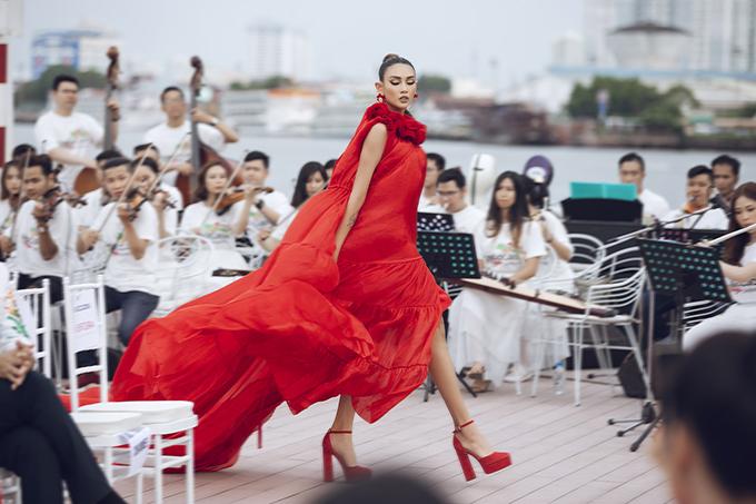 Khi catwalk Võ Hoàng Yến không ngừng thể hiện các động tác tay để giúp trang phục của mình có được hiệu ứng bay bổng, uyển chuyển theo nhịp bước.