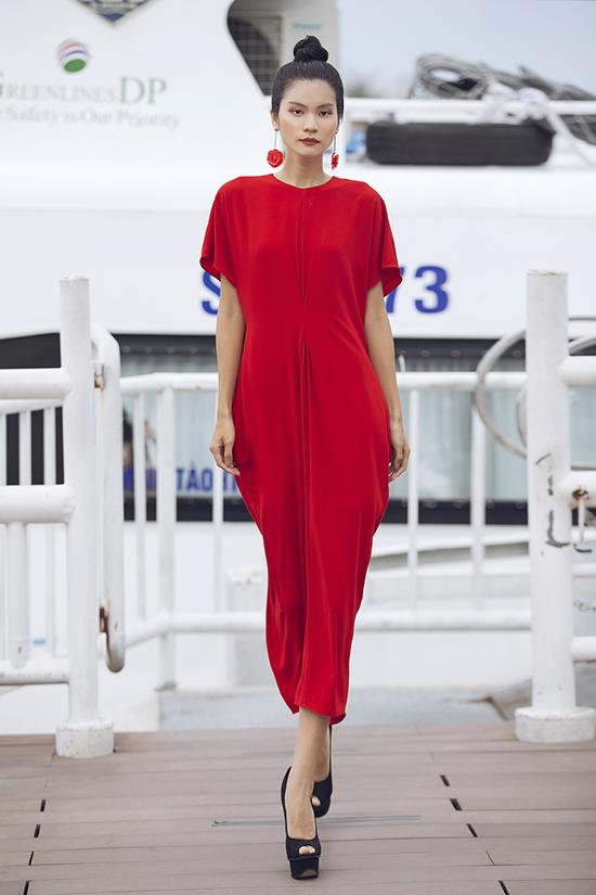 Các mẫu thiết kế mang tính ứng dụng cao với sắc trắng tinh khôi, áo crop top kết hợp chân váy, váy hạ eo, suit kết hợp quần clutch được phối hợp rất trẻ trung đầy nữ tính.