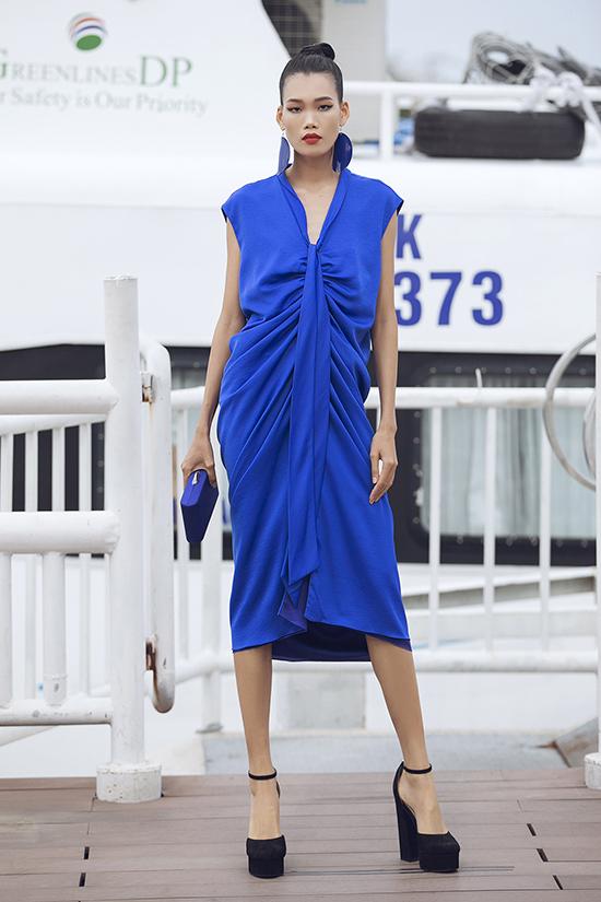 Hàng loạt sắc màu như xanh côban, xanh lá cây, vàng được khai thác đa dáng với các phom dáng oversize, váy bút chì, váy suông cũng được vận dụng triệt để.