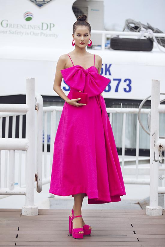 Sắc hồng được lăng xê với các phom dáng, vận dụng kỹ thuật cắt cúp các phom dáng như váy bút chì, váy tùng xoè nữ tính đáng yêu.