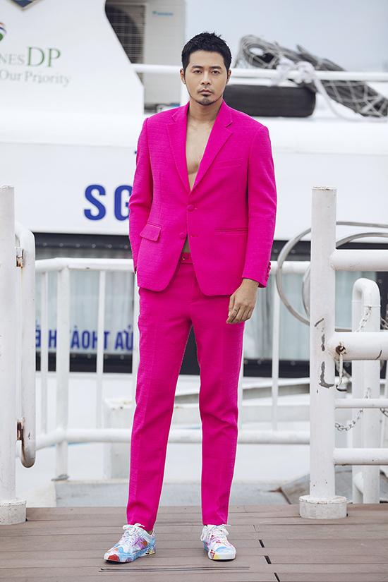 Sắc hồng tưởng chừng chỉ phù hợp với phái đẹp cũng được sử dụng để mang tới bộ suit ấn tượng cho phái mạnh.