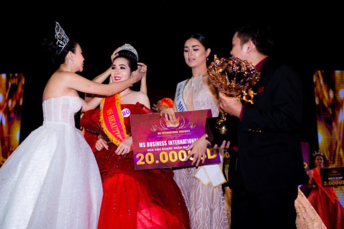 Ngoài vương miện Hoa hậu Doanh nhân quốc tế 2019 trị giá 2,5 tỷ đồng, người đẹp Vivian Trần đến từ Mỹ còn nhận thêm hai giải thưởng phụ là Ms mặc trang phục dạ hội đẹp nhất và Ms có gương mặt khả ái nhất vào chung kết,tối 28/6, tại Manila, Philippines.