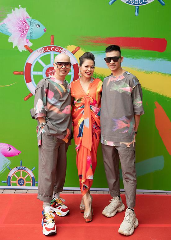 Chiều 30/6, các nghệ sĩ và người đẹp nổi tiếng góp mặt trong show diễn Lãng du của hai nhà thiết kế Vũ Ngọc & Son tổ chức tại bến Bạch Đằng. Ca sĩ Mỹ Lệ cũng đến ủng hộ hai người bạn thân.