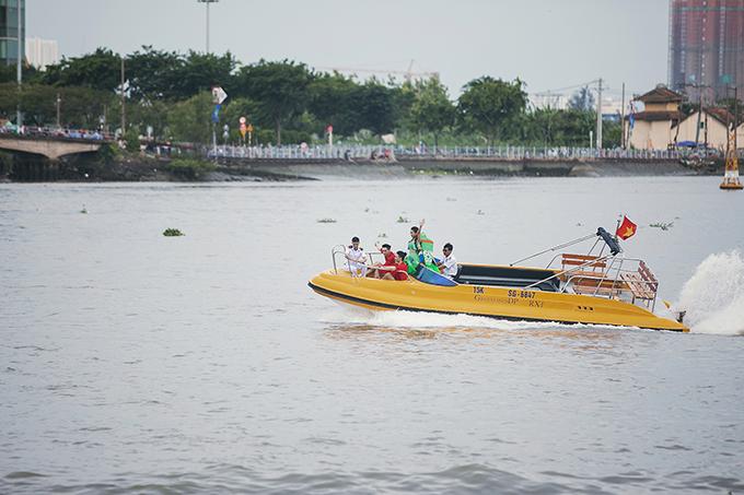 Cano máy được chuẩn bị riêng để giúp phần xuất hiện của Thanh Hằng trở nên độc đáo trong show Lãng du chiều 30/4 tại bến Bạch Đằng (TP HCM).