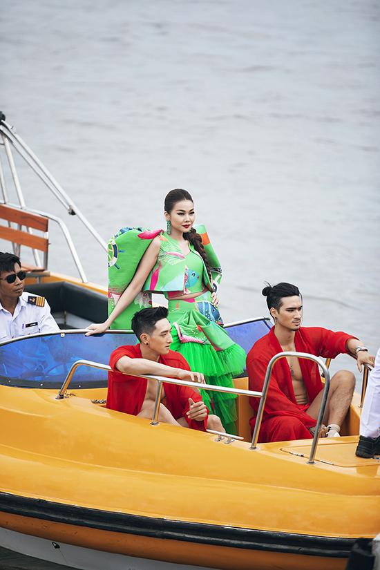 Thanh Hằng được hai mẫu nam hộ tống khi đảm nhận vai trò vedette trong show cá nhân lần thứ 3 của Vũ Ngọc & Son.