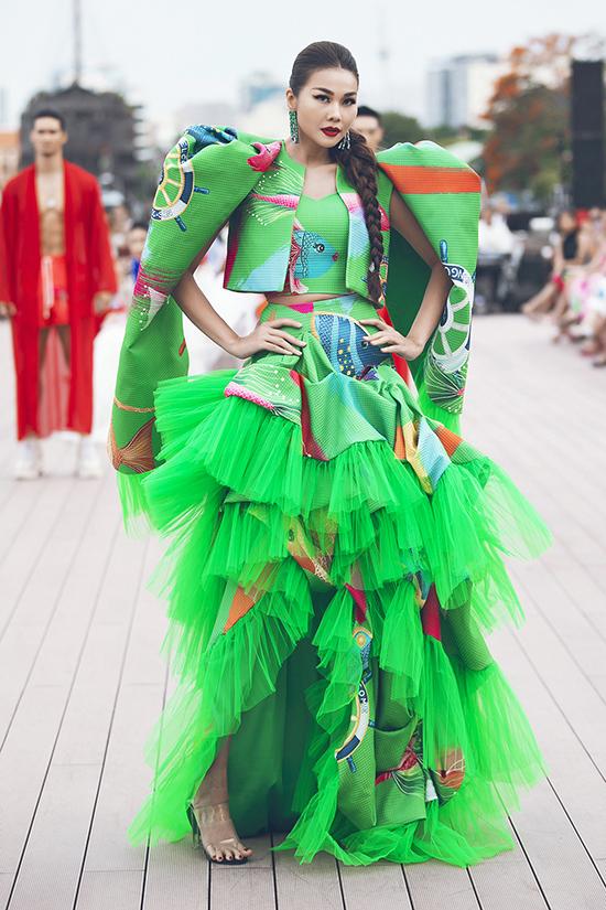 Thanh Hằng nỏi bật nhờ bộ váy in họa tiết đại dương, trang trí voan lưới được phối hợp cùng áo khoác tạo khối.