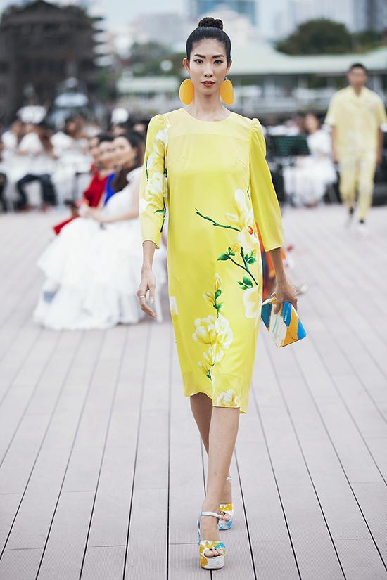Các mẫu phụ kiện giầy cao gót, túi xách tay, clutch cũng được trang trí tông màu nổi bật để đồng điệu với váy áo.