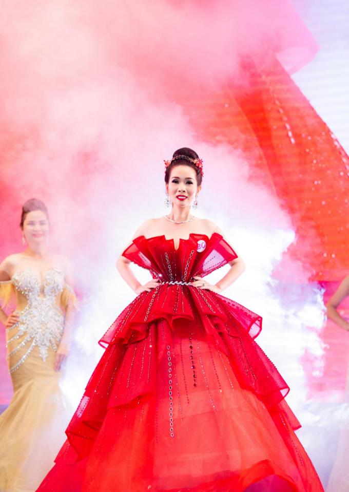 Bộ váy dạ hội đỏ của NTK Trần Phương Hoa giúp cô nổi bật giữa dàn thí sinh.