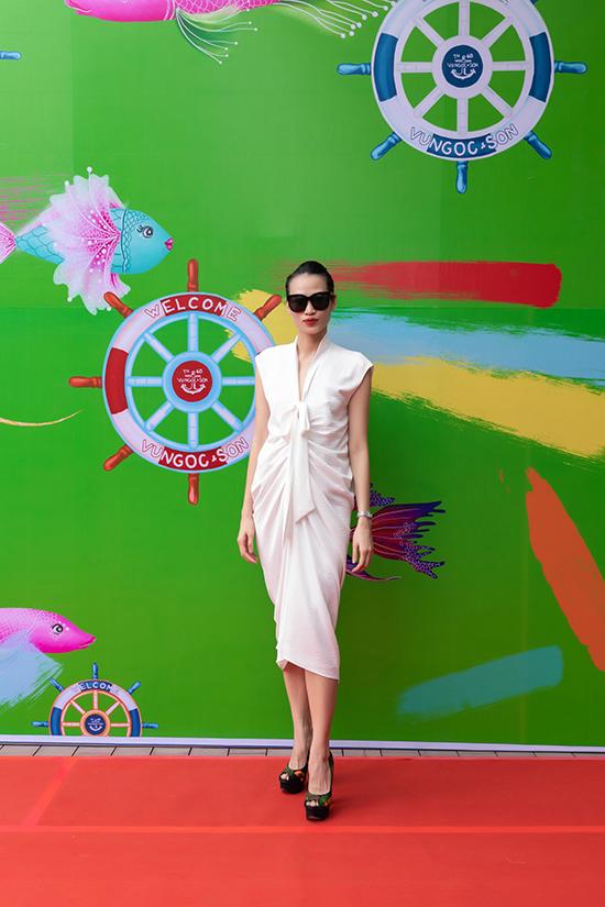 Biên tập viên thời trang Thanh Trúc Trương thanh lịch với váy lụa trắng.