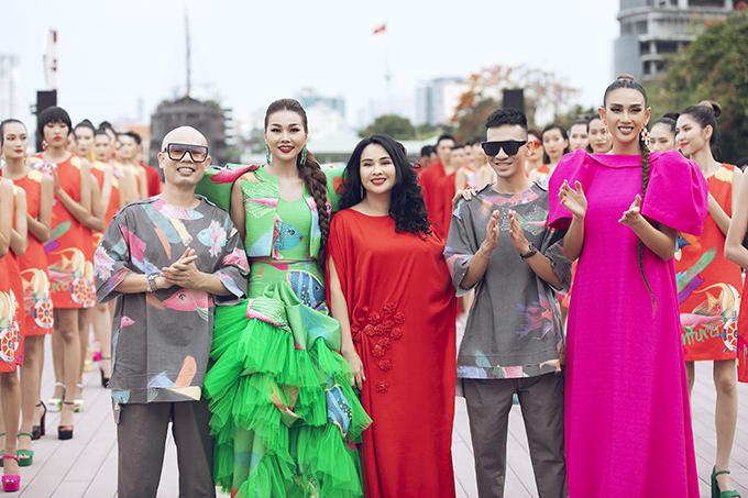 Hia nhà thiết kế Vũ Ngọc & Son cùng Thanh Hằng (váy xanh), Thanh Lam váy đỏ, Võ Hoàng Yến (váy hồng).