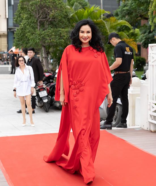 Diva Thanh Lam tự tin sải bước trên thảm đỏ với bộ cánh dáng rộng, xẻ tà cao.