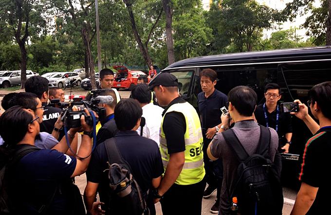 Truyền thông Thái Lan bao vây HLV Nishino.