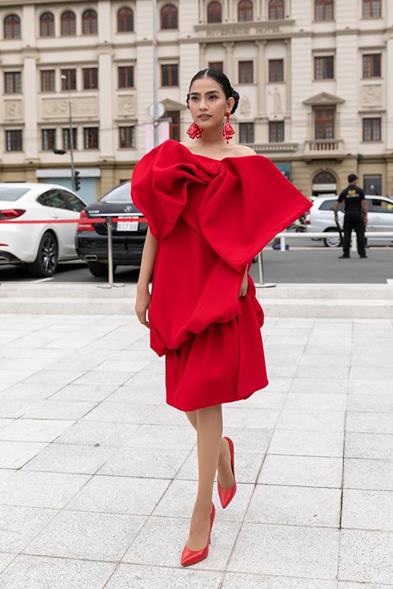 Trương Thị May phối đồ đồng điệu sắc đỏ từ trang phục tạo khối đến các phụ kiện hoa tai và giày cao gót.
