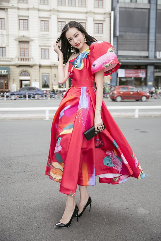 Trúc Diễm nổi bật tại sự kiện nhờ mẫu váy tạo khối uyển chuyển cắt may trên vải in hoạ tiết đại dương.