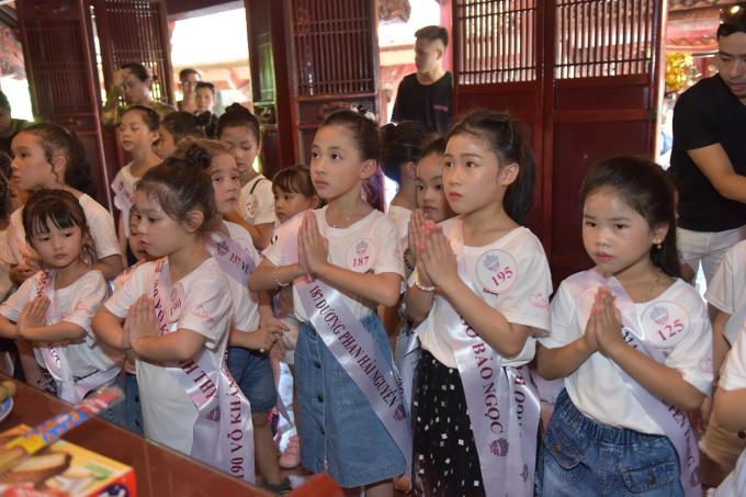 Sáng 28/6, 30 thí sinh lọt vào chung kết Miss Baby Việt Nam có mặt tại thủ đô Hà Nội để tham gia những hoạt động đầu tiên. Các thí sinh sau khi make-up, tham gia lễ Dâng hương báo cáo tại Văn Miếu - Quốc Tử Giám. Các em được nghe thuyết trình về lịch sử xây dựng, hình thành, những điều đặc biệt nơi đây.