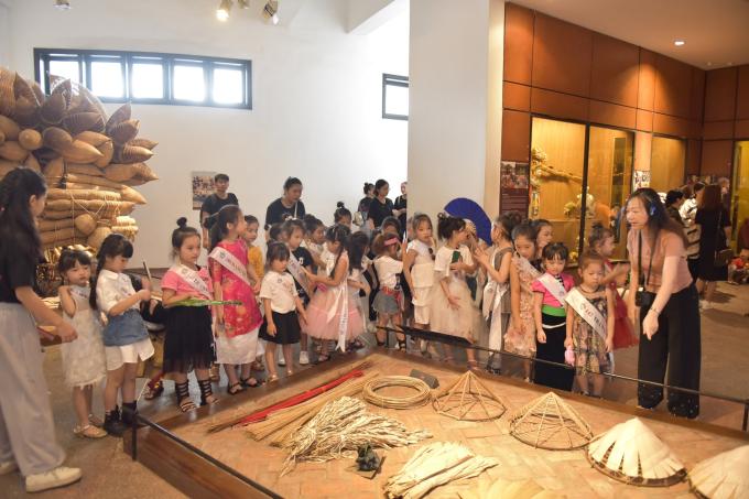Tiếp tục với môn học Tìm hiểu Văn hóa Việt Nam, sang ngày 29/6 các thí sinh có mặt tại Bảo tàng Dân tộc học quốc gia. Tại đây, 30 bạn nhỏ được học về trang phục, nét văn hóa đặc sắc của các dân tộc Việt Nam.