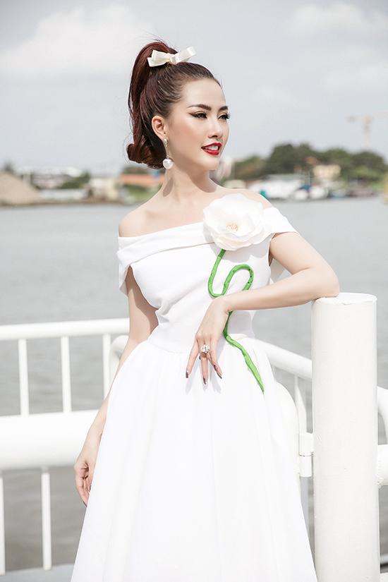 Mơ Phan chọn váy tông trắng được trang trí cánh hoa 3D cỡ khủng để tạo điểm nhấn cho tổng thể.