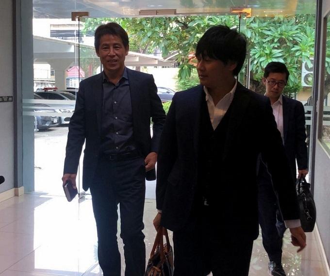 HLV Nishino vào văn phòng làm việc với Liên đoàn bóng đá Thái Lan. Ảnh: Siam Sport.