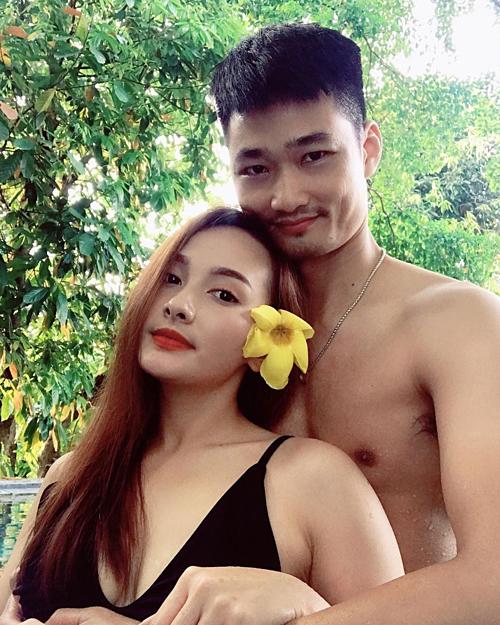 Bảo Thanh khoe ảnh tình tứ chụp cùng ông xã ở bể bơi.