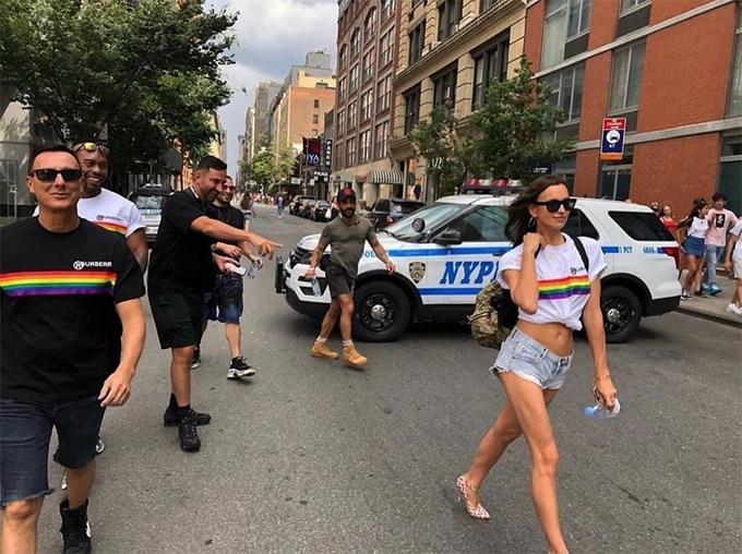 Sau khi chia tay Bradley Cooper, Irina thoải mái hơn khi đi cùng những người bạn nam. Bà mẹ một con vui tươi tạo dáng chụp hình trên đường phố New York khi đến cuộc diễu hành.