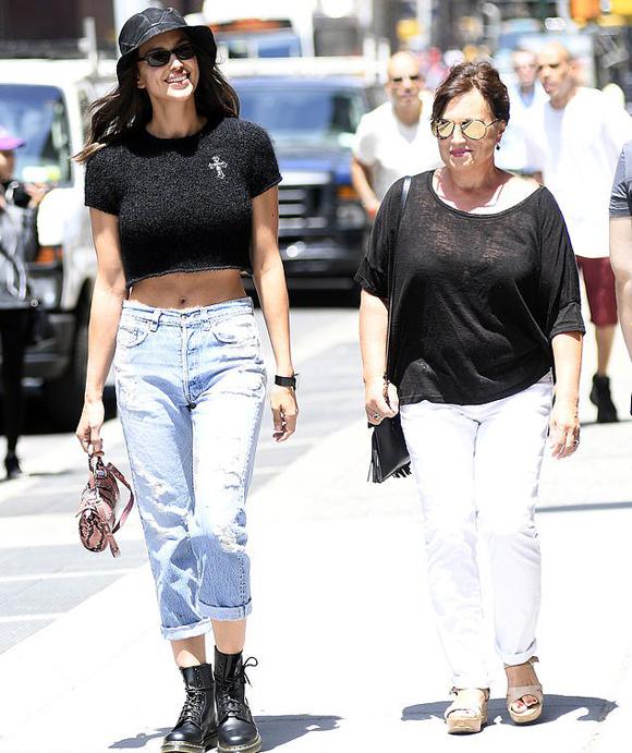 Siêu mẫu được trông thấy vui vẻ dạo phố cùng mẹ đẻ.