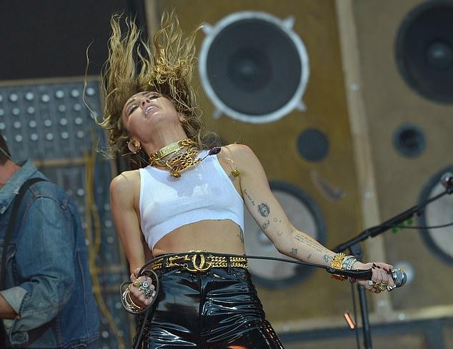 Bên cạnh sự hưởng ứng của khán giả tại lễ hội, nhiều người theo dõi chỉ trích Miley khi có những động tác gợi cảm và sử dụng nhiều từ chửi thề trong lễ hội âm nhạc ngoài trời có cả trẻ em tham dự.