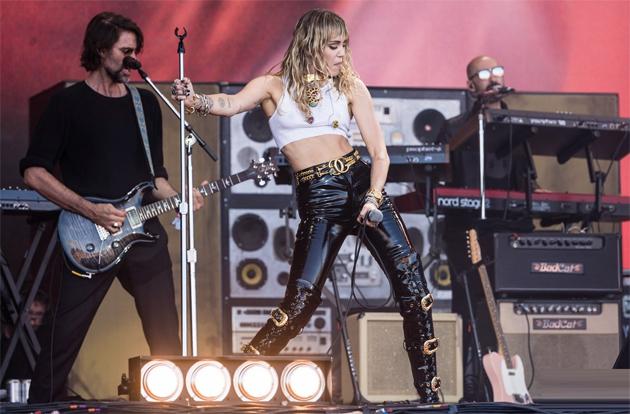 Miley trở lại phong cách hoang dã những năm trước, thời cô đi lưu diễn quảng bá album Bangerz.