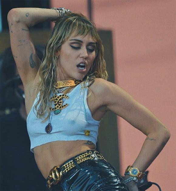 Miley mặc crop top kết hợp với quần da phô diễn thân hình khỏe khoắn, tràn đầy năng lượng.