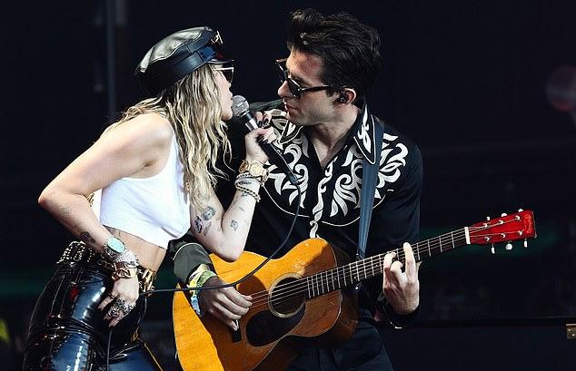 Trong đêm nhạc, Miley trình diễn ca khúc Nothing Breaks Like a Heart cùng Mark Ronson và cover bài Back To Black của Amy Winehouse.