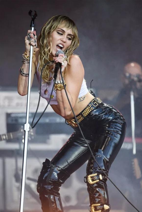 Tối chủ nhật, Miley Cyrus đã có màn trình diễn nóng bỏng tại lễ hội âm nhạc nổi tiếng ở xứ sở sương mù. Ngôi sao người Mỹ khiến hàng nghìn khán giả vô cùng phấn khích trước phong cách bốc lửa của cô cùng những ca khúc hit nữ ca sĩ mang đến.
