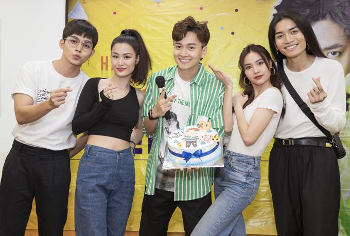 Jun Phạm, Đông Nhi, Lan Ngọc và BB Trần chung vui cùng nam ca sĩ.