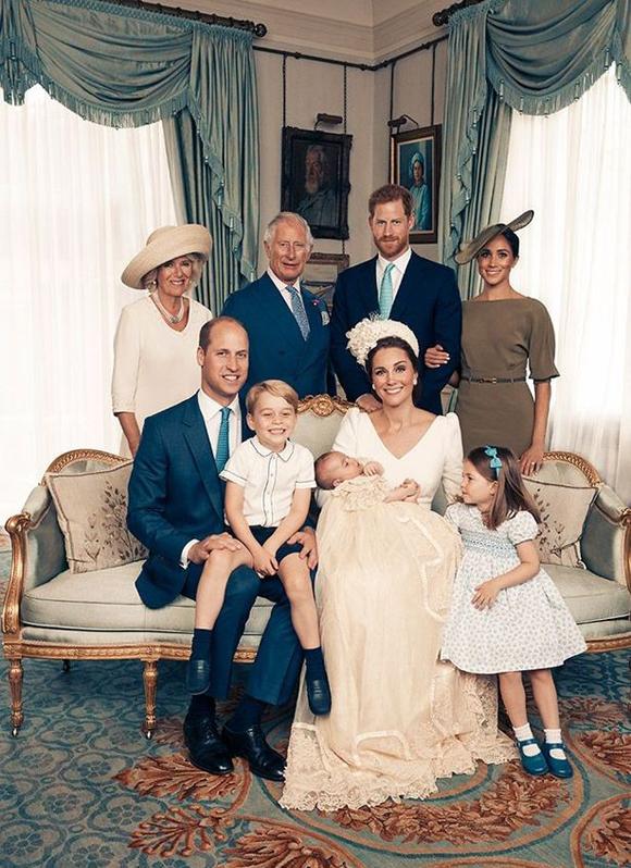 Thái tử Charles, Nữ công tước xứ Cornwall, vợ chồng Công tước xứ Sussex và gia đình nhà Công tước xứ Cambridge chụp ảnh kỷ niệm sau lễ rửa tội của Hoàng tử Louis hồi tháng 7/2018. Ảnh: PA.