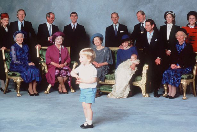 Công nương Diana bế Hoàng tử Harry trong lễ rửa tội của Harry năm 1984 tại lâu đài Windsor. Ảnh: UK Press.