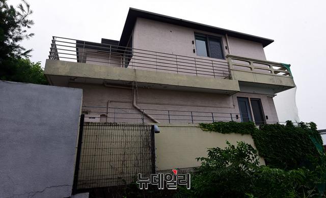Ngôi nhà của hai người ở Hannam-dong, Yongsan-gu, Seoul được cho là một trong số tài sản chung.