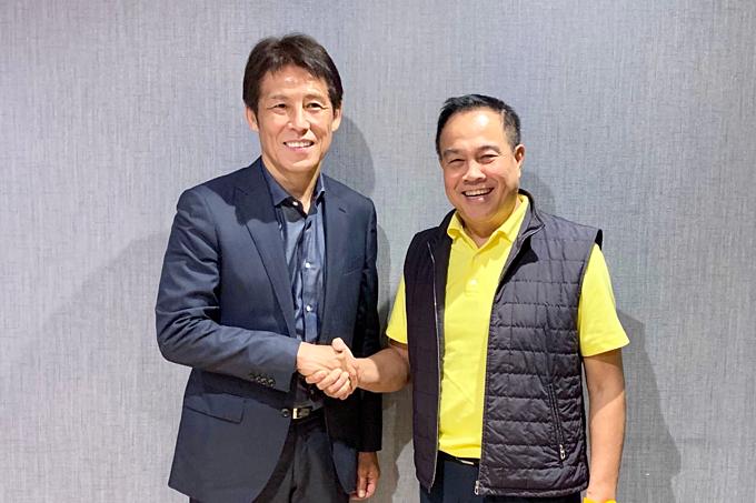 HLV Nishino (trái) và Chủ tịch Liên đoàn bóng đá Thái Lan. Ảnh: FAT.