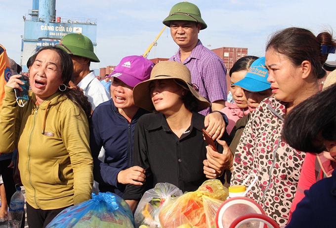 Người thân nạn nhân túc trực tại cảng Cửa Lò.