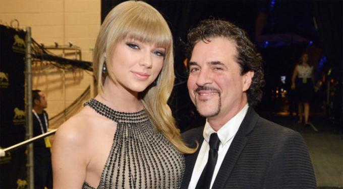 Taylor Swift ký hợp đồng với hãng Big Machine Records từ năm 15 tuổi với nhiều điều khoản bất lợi với cô. Ông chủ của hãng, Scott Borchetta (ảnh), chính là người khai phá tài năng của Taylor, đưa cô trở thành một ngôi sao.
