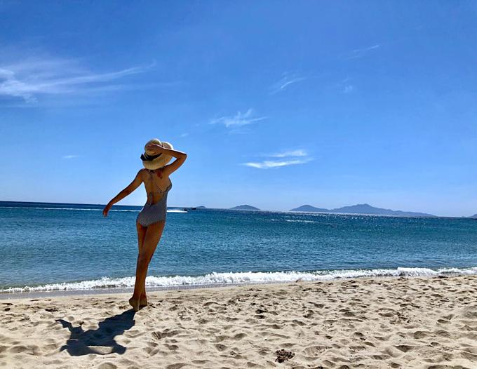 Diễn viên Thu Quỳnh khoe dáng với bikini từ phía sau trên biển Hội An.