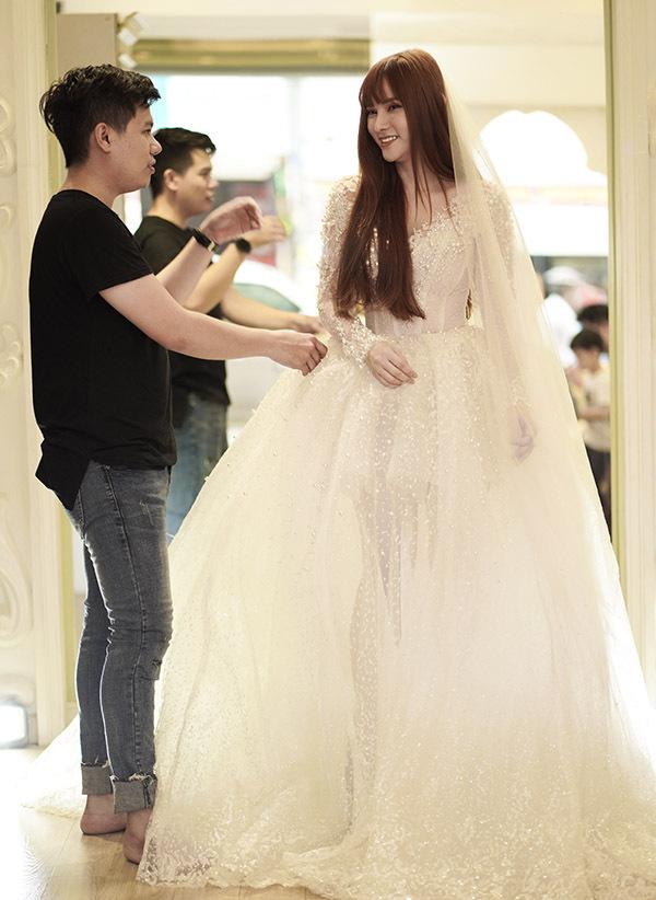 Cựu thành viên nhóm Mây Trắng được nhà thiết kế chăm chút trang phục kỹ lưỡng trước hôn lễ.