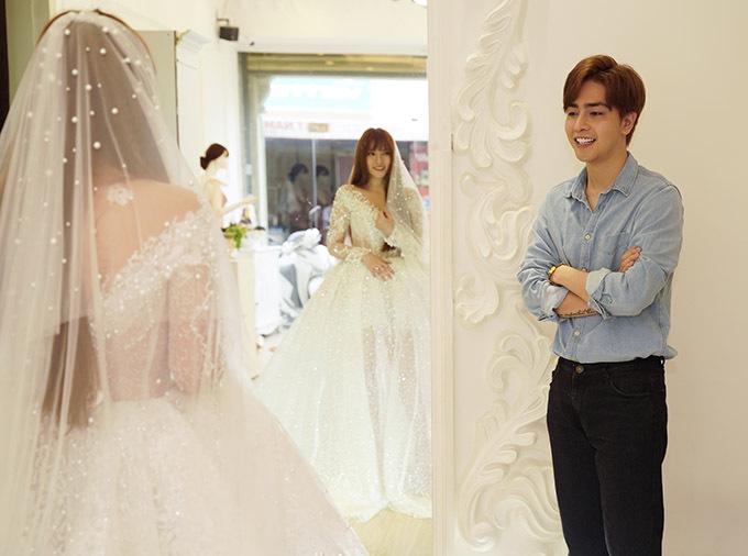 [Caption Sau khoảng 10 ngày cầu hôn thì mới đây nhất cặp đôi đã cùng đi thử váy cưới. Có lẽ, họ đã chuẩn bị về một đám cưới hoành tráng trong thời gian ngắn nữa.    Thu Thủy xinh xắn trong chiếc áo cưới được đính kết kĩ càng bởi NTK Lâm Lâm. Phụ nữ nào cũng vậy, họ luôn rạng ngời trong khoảnh khắc khoác lên mình bộ áo cô dâu màu trắng tinh khôi.