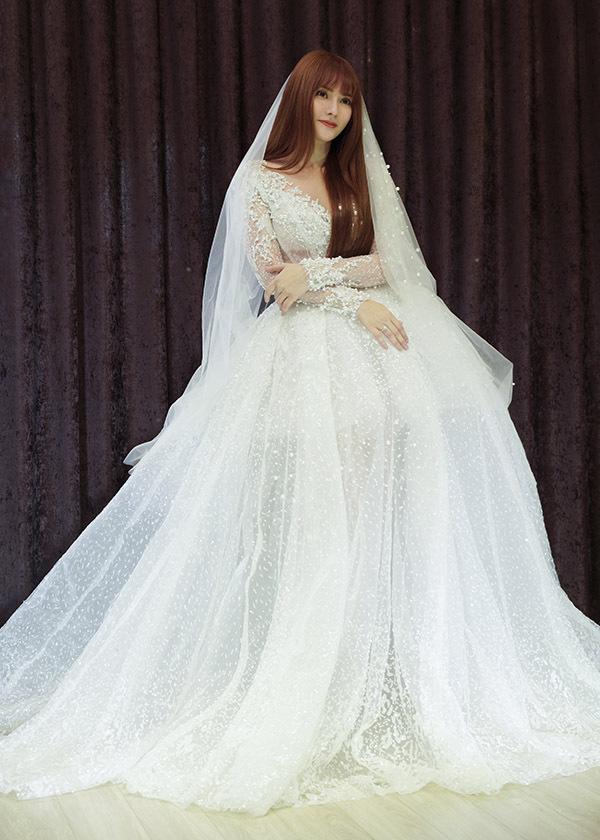 Thu Thuỷ sẽ diện váy cưới tay dài, tùng xoè rộng, bồng bềnh trong hôn lễ.