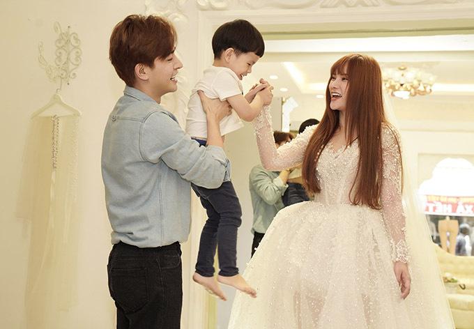 Con trai Thu Thủy theo mẹ tới showroom áo cưới ở TP HCM.