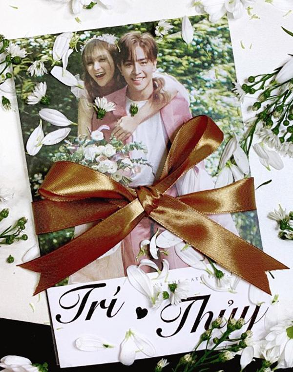 Thiệp cưới của Thu Thuỷ và hôn phu kém cô 10 tuổi.
