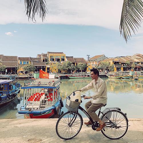 Ca sĩ Quang Vinh đạp xe tham quan phố cổ Hội An.