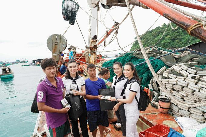 Hoa hậu Tiểu Vy, Á hậu Hoàng My 2 ngày đêm vượt biển ra đảo xa tặng sách quý - 3