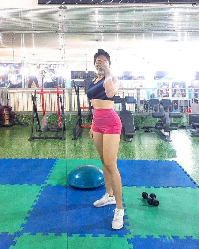 Cô nàng tập luyện 6 buổi mỗi tuần, phân bố đều các bài tập, bao gồm cả cardio và tạ.
