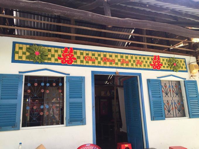 Phần trang trí trên ngôi nhà cũng được đan từ lá dừa, gợi nhắc đến đám cưới miền Nam thập niên 1990.