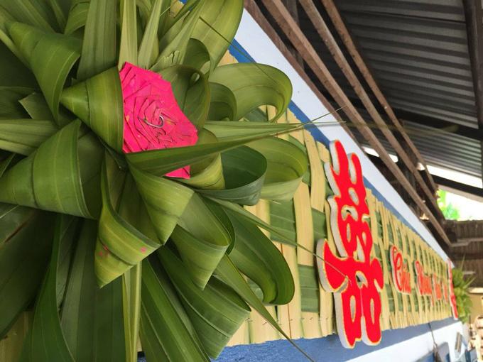 Các chi tiết hoa, lá dừa đan được cố định bằng đinh ghim.